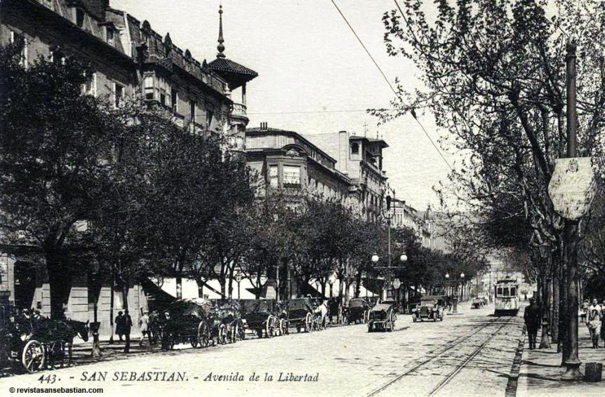 Coches de punto aparcados en la Avenida hacia 1920