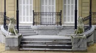 La simetría de los dos perros en la puerta del Palacio