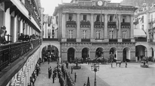 La plaza de la Constitución en una recepción a Alfonoso XIII. Imágenes del KM