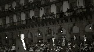 1963. El alcalde Nicolás Lasarte bailando en Aurresku en la plaza (no es San Juan)