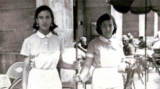 En la terraza de La Golosina, esperando a los clientes. 1960.