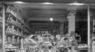 Escaparates con las tradicionales cestas de navidad. Años 70